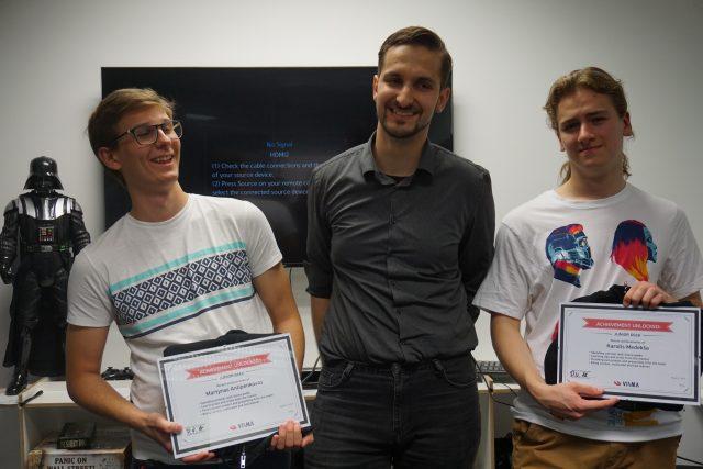 mentorius su programavimo praktikos mokiniais